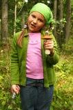 девушка величает детеныши рудоразборки стоковое фото rf