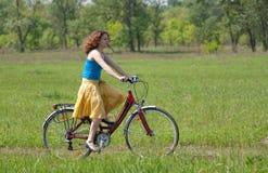 девушка велосипеда идет Стоковое Изображение