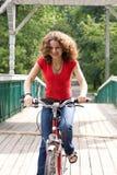 девушка велосипеда идет Стоковые Изображения