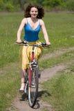 девушка велосипеда идет Стоковая Фотография