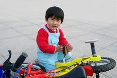 девушка велосипеда немногая Стоковая Фотография