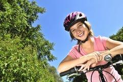 девушка велосипеда подростковая Стоковое Изображение RF