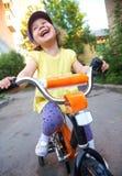 девушка велосипеда смешная Стоковое Изображение RF