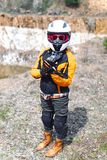 Девушка велосипедиста нося обмундирование мотоцикла, защитную одежду, оборудование, перемещение приключения туристское на открыто стоковое фото