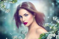 Девушка весны модельная с длинными дуя волосами стоковое фото rf