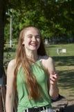 Девушка весны Прекрасная белокурая девушка с пуком одуванчиков outdoors стоковое фото