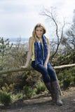 Девушка весны сидя на загородке Стоковые Фотографии RF
