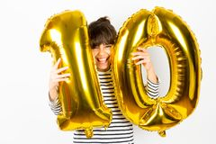 Девушка вечеринки по случаю дня рождения 10 с золотыми воздушными шарами Стоковые Изображения