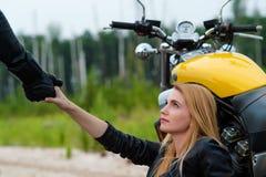 Девушка велосипедиста мотоциклиста дает руку Стоковая Фотография