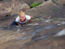 Девушка взбираясь вверх скала Стоковые Фотографии RF