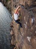 Девушка взбираясь вверх скала Стоковое Фото