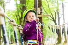 Девушка взбираясь в высоком курсе веревочки Стоковая Фотография RF