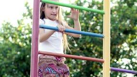 Девушка взбираясь лестницы металла сток-видео