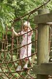 девушка взбираясь рамки 01 играя детенышей Стоковые Изображения RF