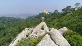 Девушка вида с воздуха наслаждаясь солнечным днем в горах видеоматериал