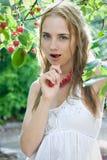 девушка вишни Стоковые Изображения