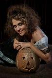 Девушка внутри одетая с тыквой хеллоуином Стоковые Фото