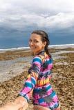 Девушка водит рукой на пляже стоковое фото rf