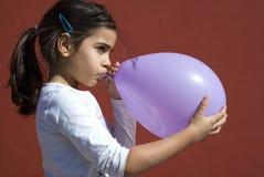 девушка воздушного шара дуя вверх Стоковая Фотография RF