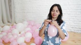 девушка воздушного шара дуя видеоматериал