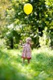девушка воздушного шара младенца немногая желтый цвет Стоковые Изображения