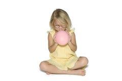девушка воздушного шара надувая усмехаться стоковое изображение rf