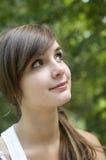 Девушка волос Brown смотря вверх стоковые изображения rf