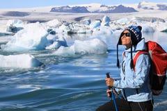 Девушка восхищает красоту ледниковой лагуны Jokulsarlon стоковое изображение rf