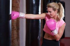 Девушка во время бокса на спортзале Стоковая Фотография