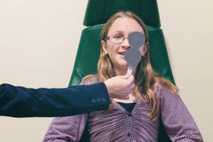 Девушка во время испытания глаза стоковое изображение rf