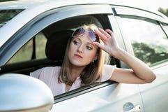 Девушка водителя смотрит путь Стоковые Фотографии RF