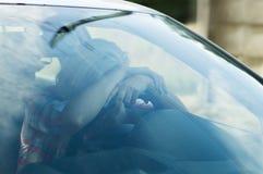 Девушка водителя упала уснувший управляющ автомобилем Стоковое фото RF