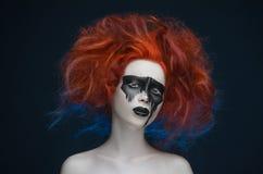 Девушка волос маски состава красная стоковая фотография rf