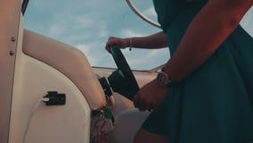 Девушка волос помощи человека красная в шлюпке двигателя платья бирюзы романтично отключение видеоматериал
