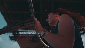 Девушка волос помощи человека красная в шлюпке двигателя платья бирюзы романтично Мост сток-видео