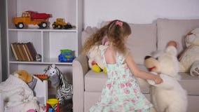 Девушка вращает с белым медведем в комнате движение медленное акции видеоматериалы