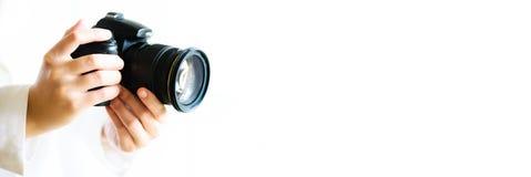 Девушка вручает держать камеру фото, белую предпосылку, космос экземпляра Перемещение и концепция всхода знамена стоковая фотография rf