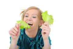 девушка вручает ей детенышей салата стоковые фотографии rf
