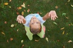 девушка вручает счастливо ее вверх стоковое изображение rf