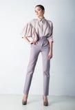 девушка вскользь одежд представляя студию стильную Стоковое Фото