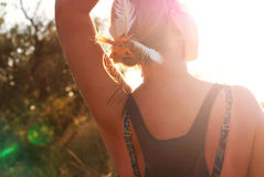 Девушка встречает золотой заход солнца Стоковые Изображения RF