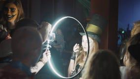 Девушка всхода фотографа в сумашедшем костюме hatter используя ringlight на партии хеллоуина видеоматериал