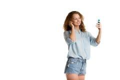 Девушка выбирает песню на ее игроке Стоковая Фотография RF