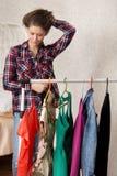 Девушка выбирает платья Стоковые Фото