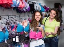 Девушка выбирая нижнее белье на магазине Стоковое фото RF