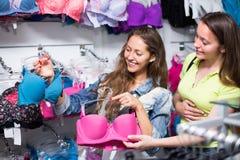 Девушка выбирая нижнее белье на магазине Стоковая Фотография RF