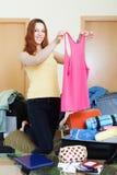 Девушка выбирая одежды на праздник Стоковые Изображения