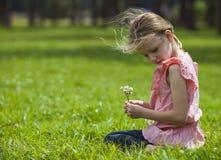 Девушка выбирая одичалое Flowoers Стоковая Фотография RF
