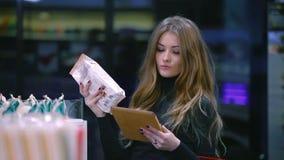 Девушка выбирая продукты от списка сток-видео