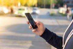 Девушка вызывая автомобиль такси стоковое фото